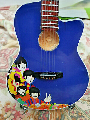 "Mini Chitarra The Beatles Yellow Submarine - 26cm 10"" - Mastermusic - Nuova"