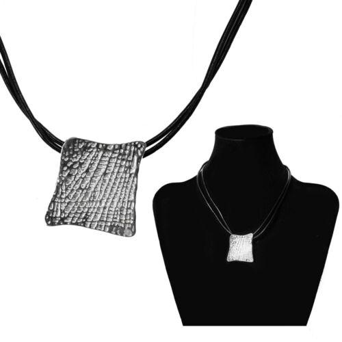 Una elegante cadena con argenteos colgante y colgante negro plata