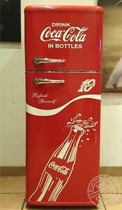 Retro-Kuehlschrank-Gefrierkombi-Bomann-A-in-Rot-Coca-Cola-Bottle-Design-K1