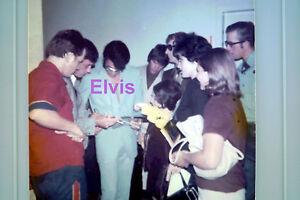 ELVIS-PRESLEY-WITH-FRIENDS-FAN-LAS-VEGAS-9-7-70-ORIGINAL-VINTAGE-PHOTO-CANDID