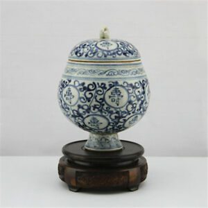 The-ancient-Chinese-hand-painted-blue-and-white-porcelain-tea-pot