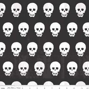 Riley Blake tonta de tela de cráneo Chic C511-03 Negro 100/% Algodón Halloween Pirata