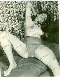 1965-ca-EROTICA-VINTAGE-Mature-TOPLESS-woman-wide-spread-legs-FOTO