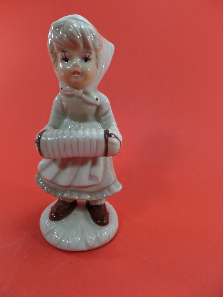 Statuette de  fillette avec accordeon en céramique ancien  vintage  TBE  the most fashionable