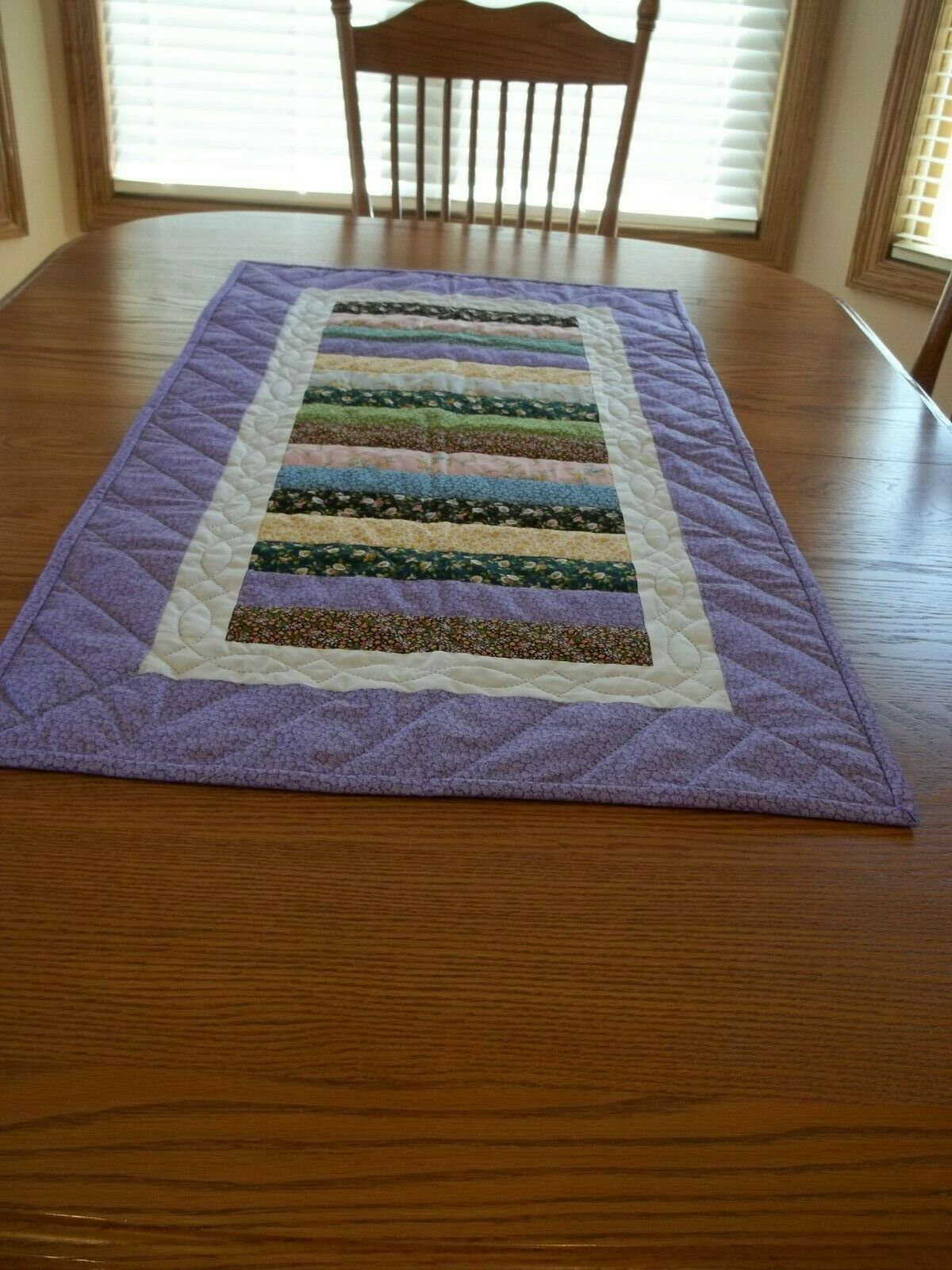 Handcrafted & Main Matelassé Table Runner, 22 1 2  x 42 1 2 , Neuf, 100% coton