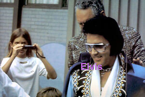 ELVIS-PRESLEY-TO-LIMO-UNIONDALE-NY-7-19-75-PHOTO-CANDID-2