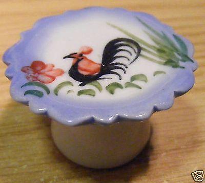 Fornito 1:12 Scala Gallo In Ceramica Cake Stand Casa Delle Bambole Accessorio Alimentare Da Cucina C33a-mostra Il Titolo Originale