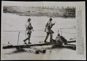 WWII-Original-PHOTO-German-PRISONER-amp-US-SOLDIER-w-DEAD-on-ROER-RIVER-BRIDGE-039-45