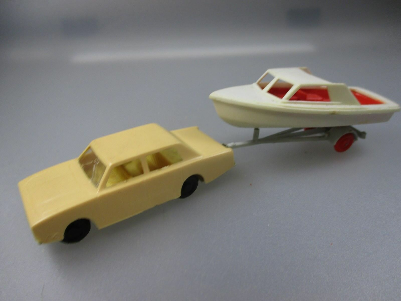 DDR Model  Ford Corsair with boat on trailer, Rare (gk111)