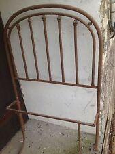 Antico letto elegante ad una piazza in ferro battuto rivettato artigianale