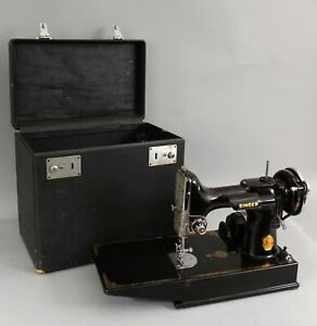 Antique-1941-Singer-221-Scroll-Featherweight-Sewing-Machine-Extra-Bobbin-Case