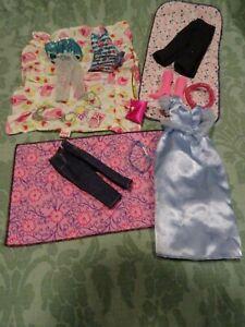 lot-16pieces-vetements-barbies-bottes-roses-sac-robe-bleue-dessus-de-lit