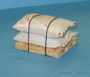 Pallet-w-Feed-2-Burlap-Sacks-Old-Fashion-Burlap-G-Scale-101-0017