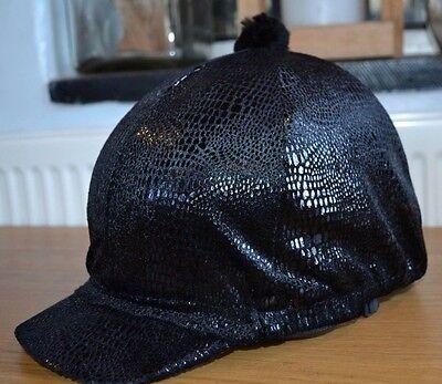 Nuovo Pelle Di Serpente Nera Teschio Equitazione Casco Cappello Elastico Copri Seta Con Pon Pon- Rendere Le Cose Convenienti Per Le Persone