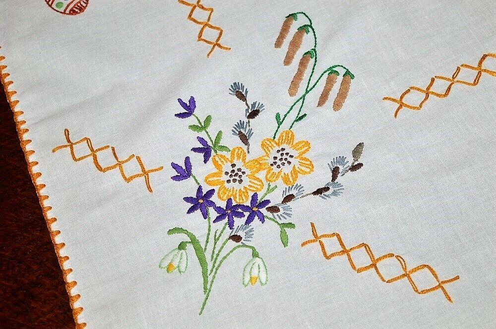 Ressort de VIOLETTES & Sunflowers avec oeufs de Paques  Vintage German Nappe Crochet