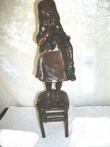Wunderschoene-Figur-kleines-Maedchen-auf-einem-Stuhl-vermutlich-Bronze