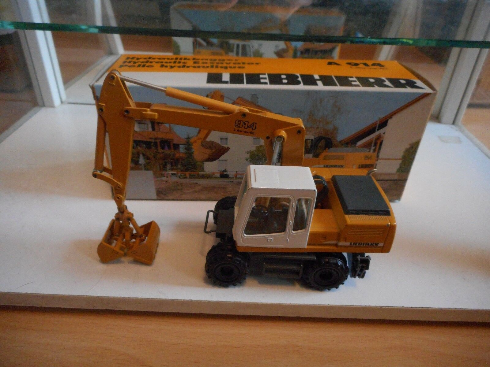 Conrad Liebherr A 914 Litronic Hydraulic Excavator in giallo on 1 50 in Box