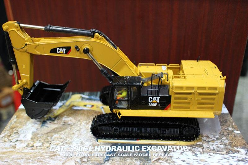 Caterpillar CAT 390 F LME L Pelle Hydraulique 1 50 par Diecast Masters DM85284