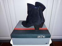 Arche, kort støvle i sort ruskind.