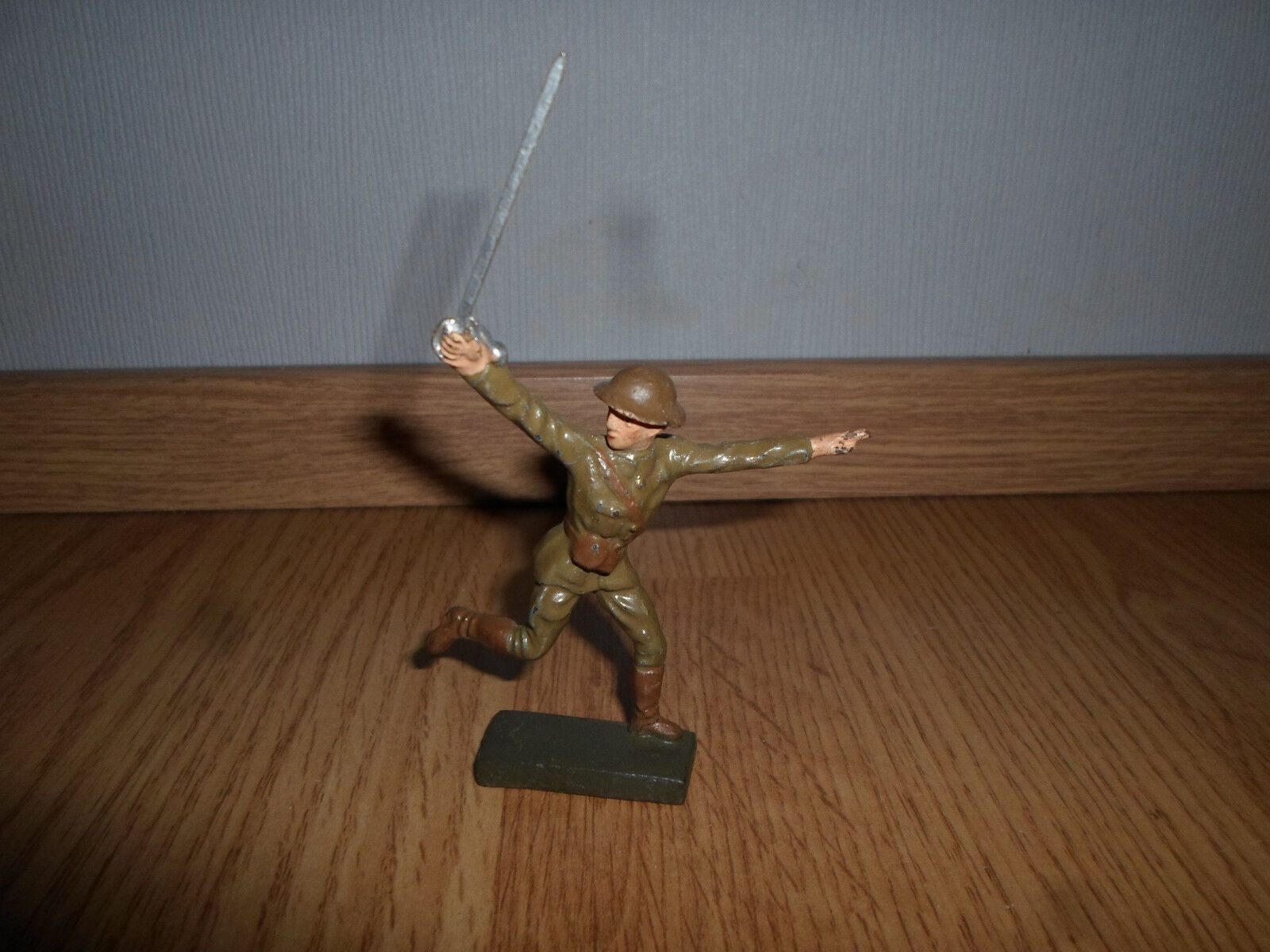 Lineol Lineol Lineol english american attacking running officer with sword a61