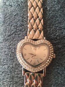 Montre bracelet argenté cadran forme coeur avec strass marque Agatha valeur 130€