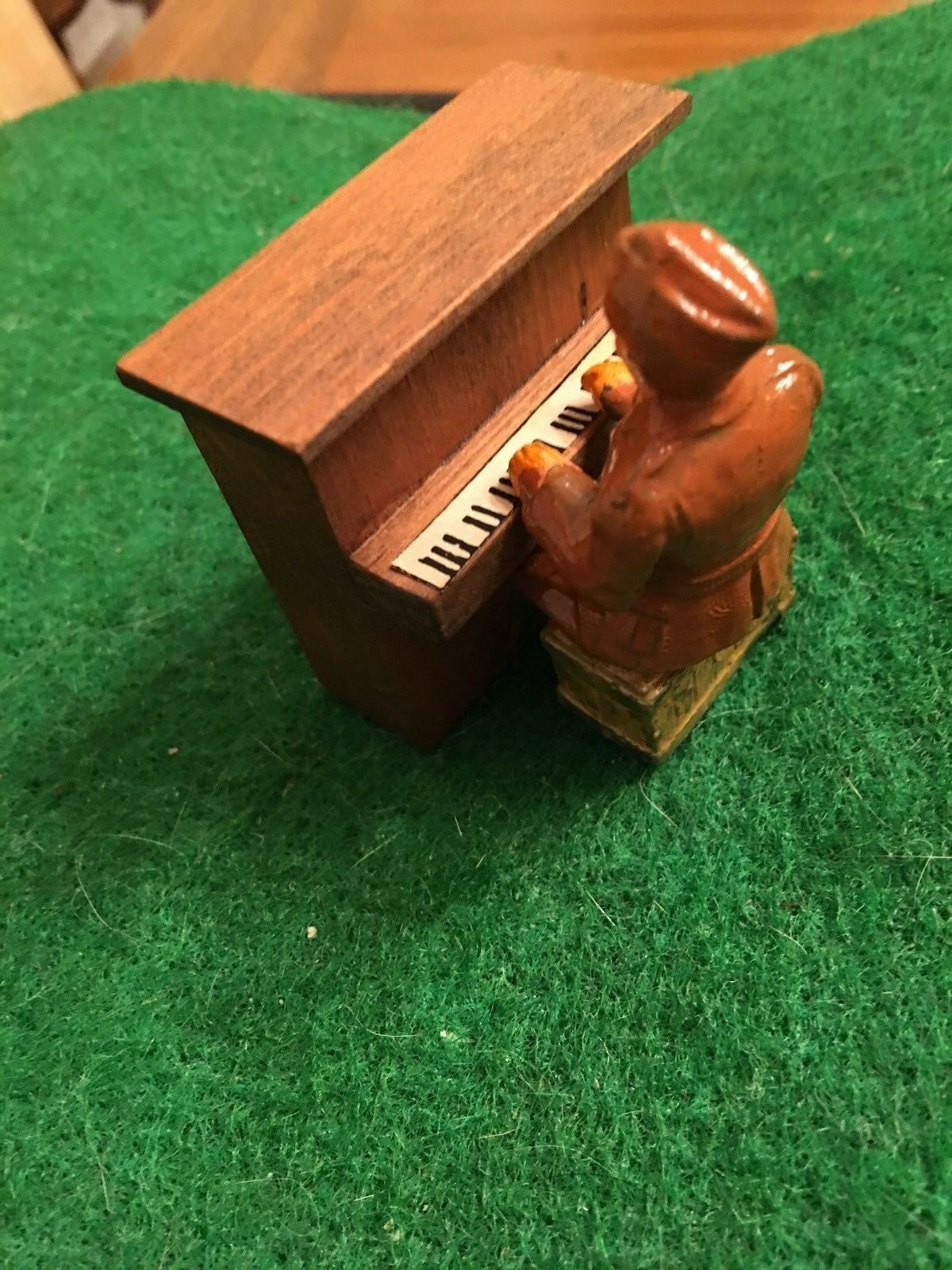 SOLDIER PLAYING PLAYING PLAYING THE PIANO; RARE & IN MINTY CONDITION; SAME DAY SHIPPING 3d822d