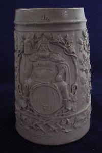 Alter-1-Liter-Bierkrug-Koenig-auf-dem-Fass-sitzend-Reliefkrug-um-1900-Krug