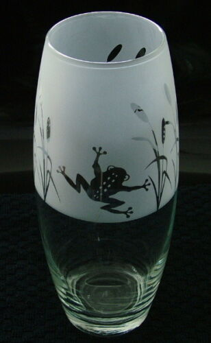Frog gift vase with Reed Design