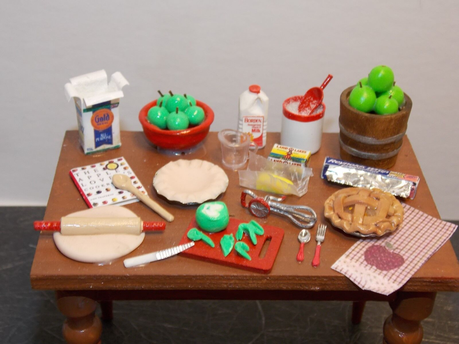 Casa de muñecas en miniatura cocina para hornear Apple tortas mesa de trabajo 1 12 G84 dollys Galería