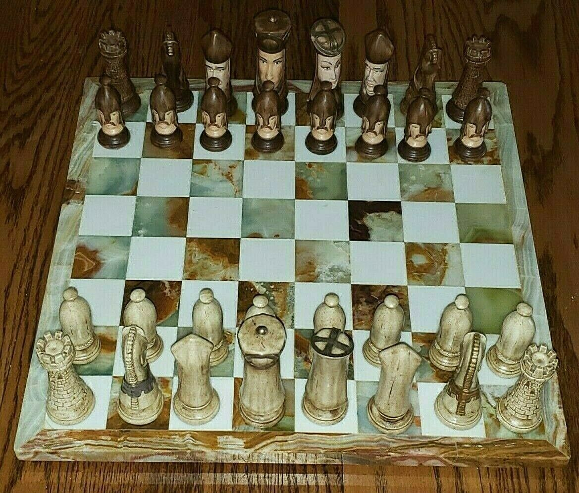 grand Marble Chess  Board w Vintage Hand-Painted Ceramic Duncan Mold Chess Set  préférentiel
