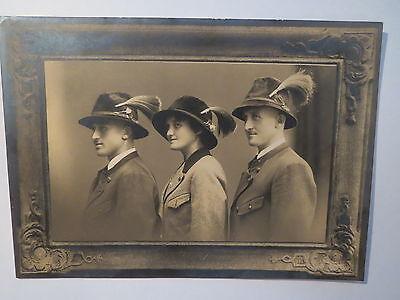 2 Männer und 1 Frau mit Hut und Janker in Tracht / KAB