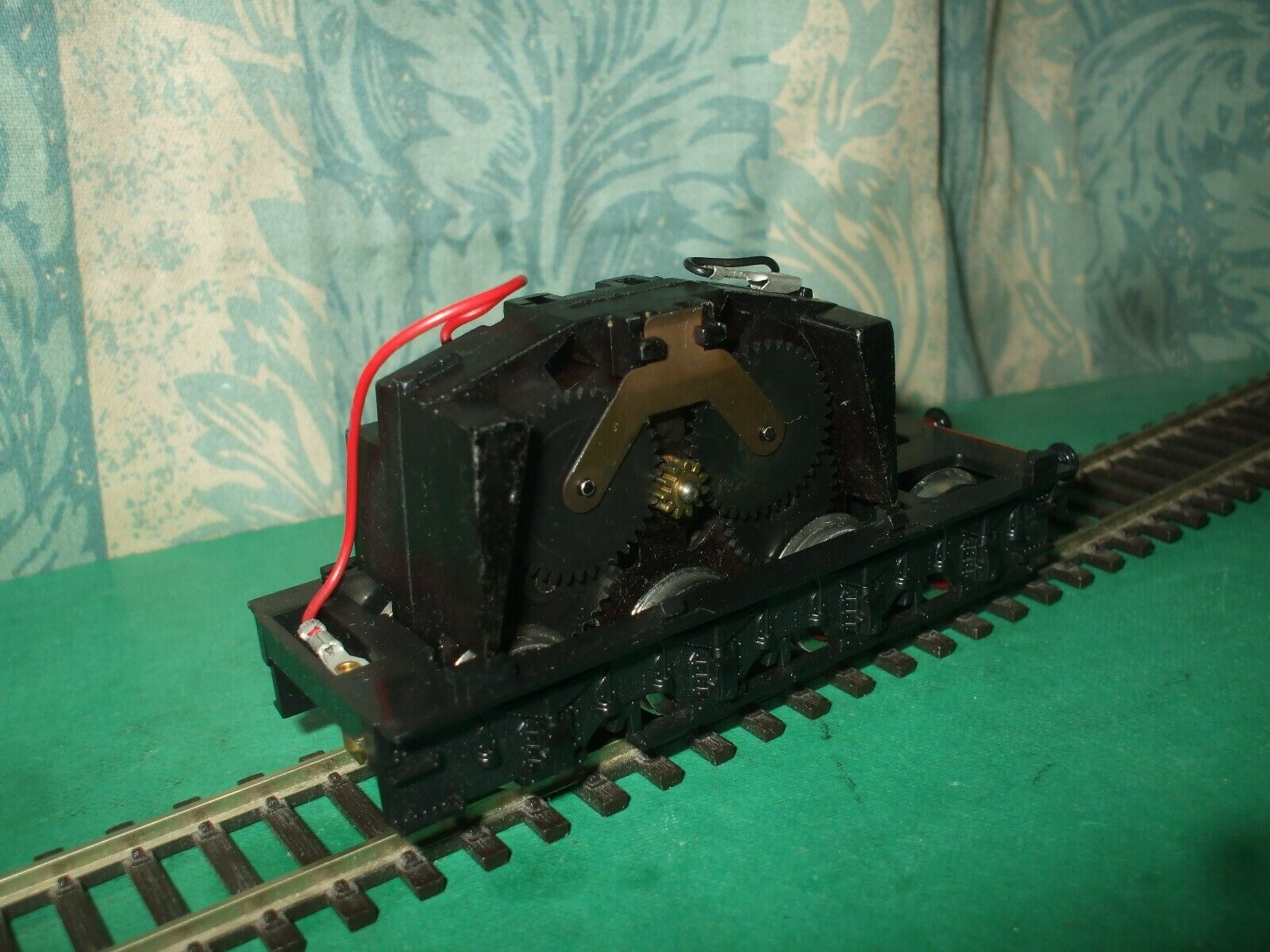 HORNBY LNER A3 A4 CLASS MOTORISED TENDER CHASSIS ONLY - RED WHEELS - No.2
