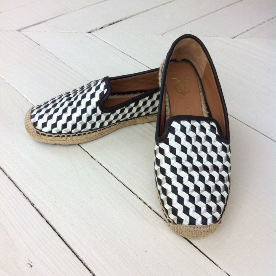 NWOB VINCE CAMUTO CHARIE Black White Silver Woven Leather Espadrilles Women's 6