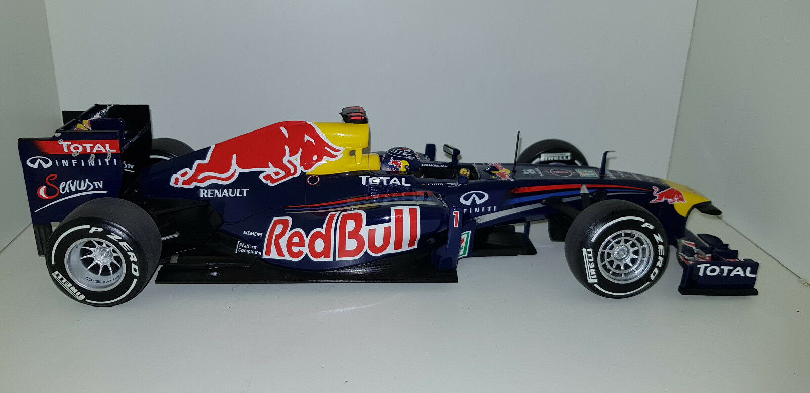 Minichamps 1 18 rosso BULL Racing RENAULT RB7 S Vettel 110110301 Japan no.201