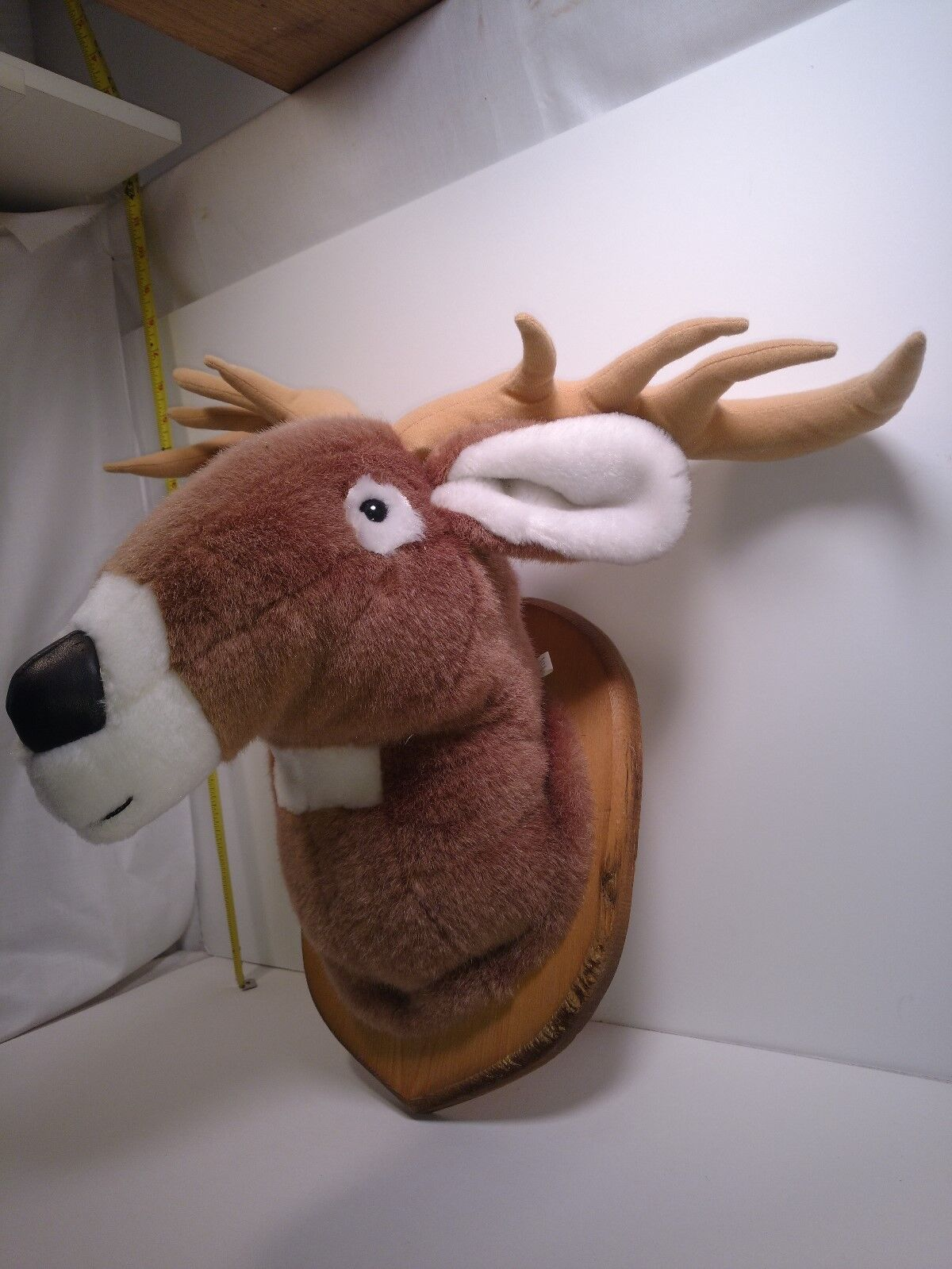 Adventurous Products Weiß Tail Deer Plush on wood wall mount