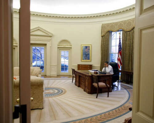 BARACK OBAMA IN WHITE HOUSE OVAL OFFICE 8X10 PHOTO