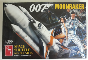 AMT-007-James-Bond-Moonraker-Space-Shuttle-with-Boosters-in-1-200-1208-ST