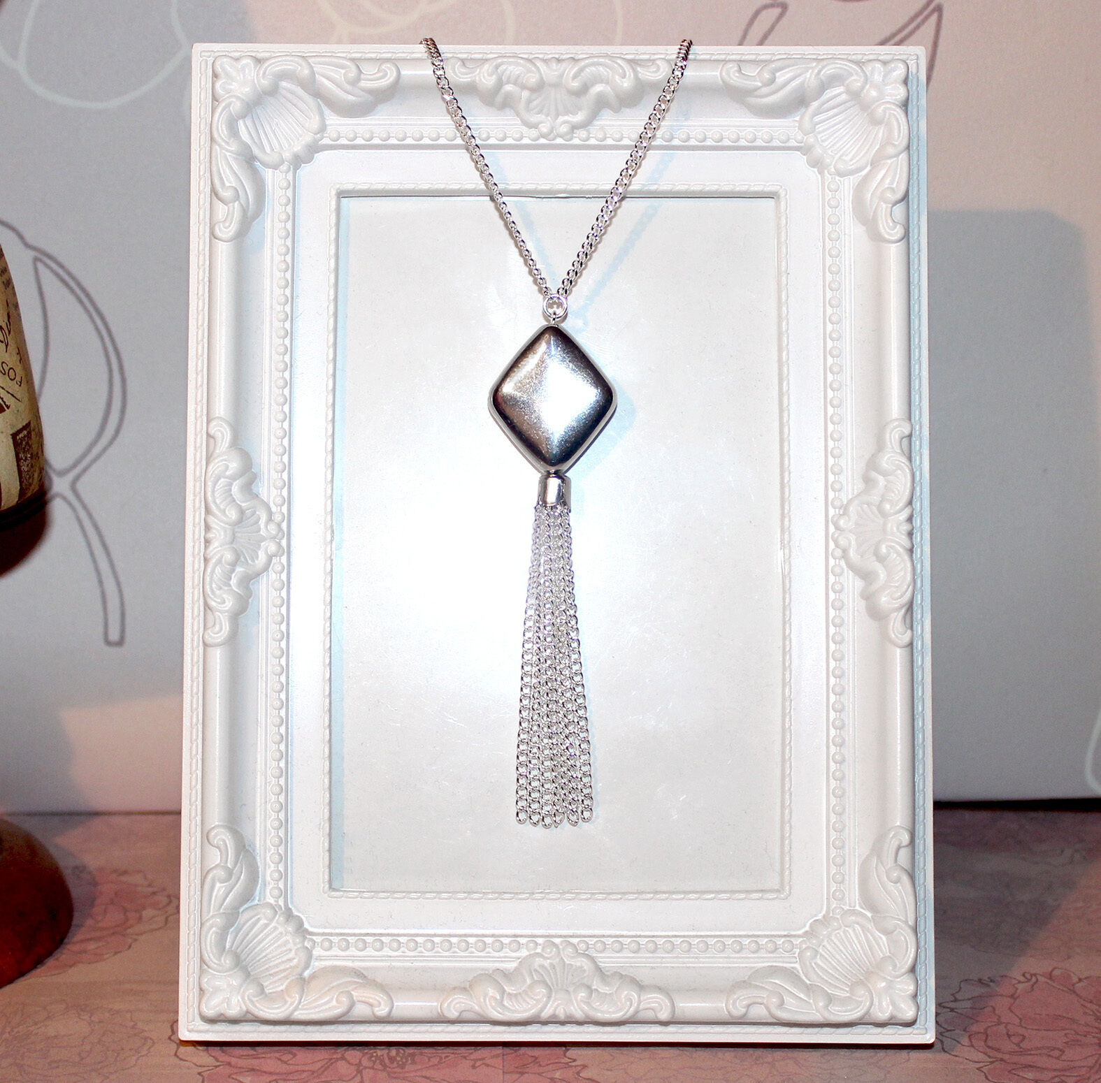 Flapper//Gatsby//1920/'s Long silver necklace with carved drop pendant /& tassel