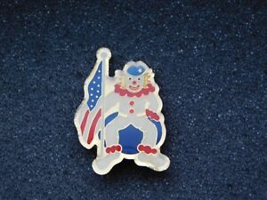 VINTAGE-METAL-PIN-CLOWN-HOLDING-USA-AMERICAN-FLAG