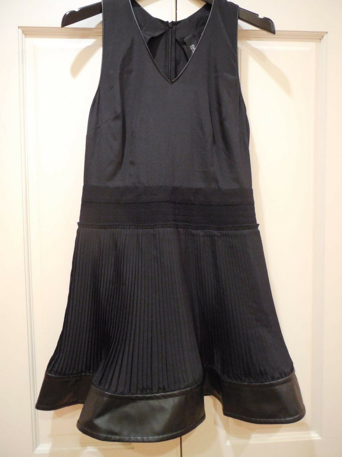 New schwarz Cocktail Dress Vegan Leather Trim  Größe 6 Flirty Pleated Sexy