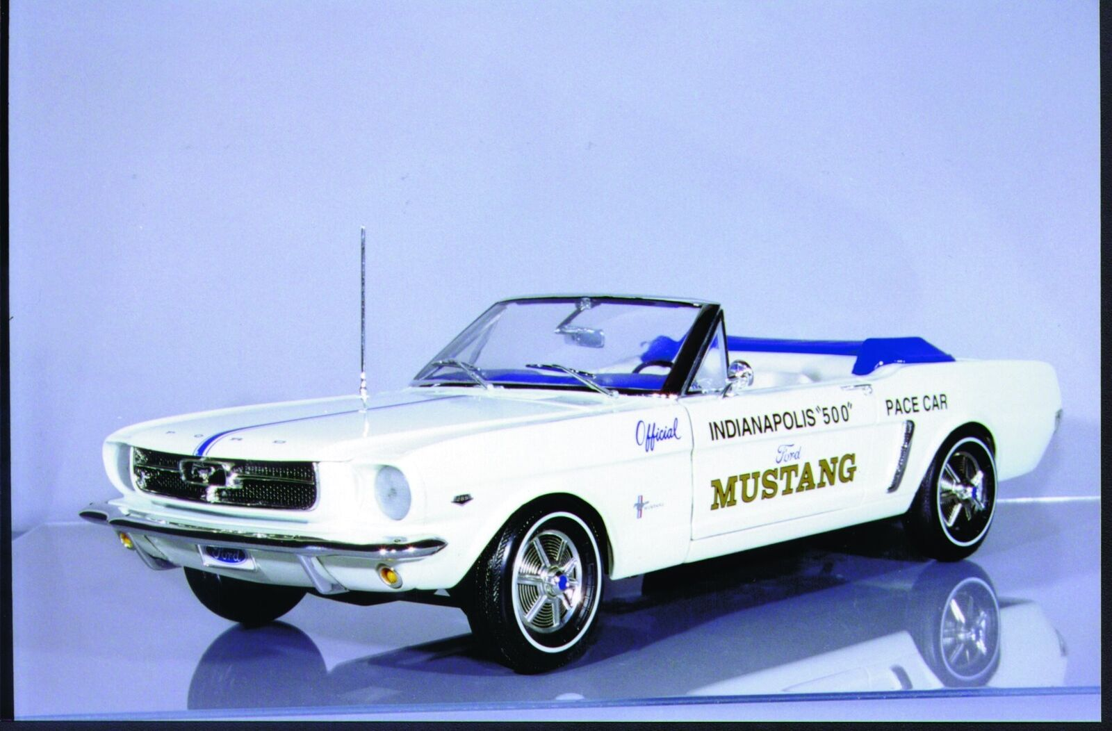 13.12 uhr  kamelhaar ertl ford mustang  64 1   2 indy safety car cabrio
