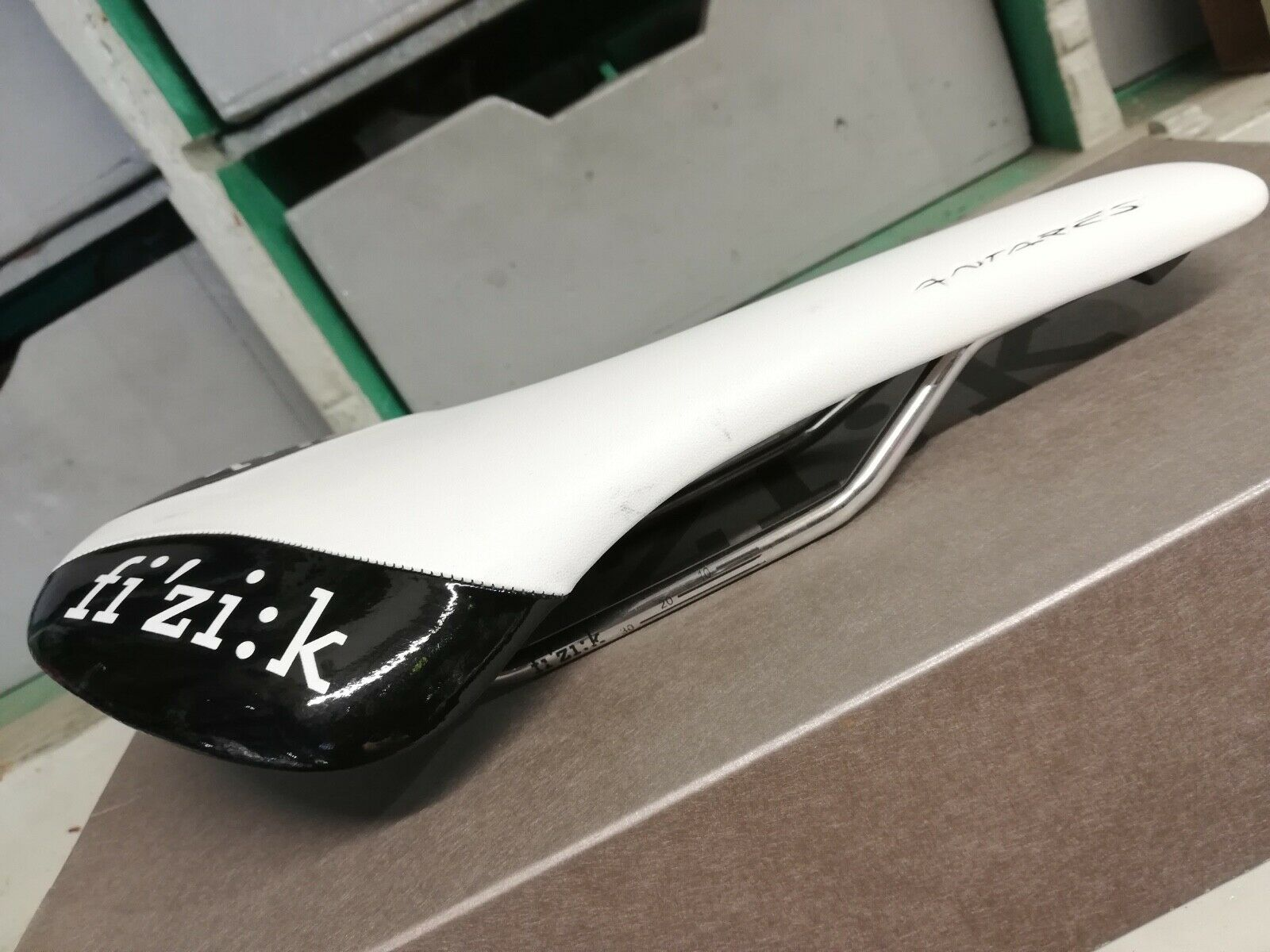 Fizik Antares road bike saddle, K ium rail, 190 gr, blancoo negro