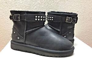 UGG® Neva Deco Studs Classic Mini Boots für Damen SCHWARZ