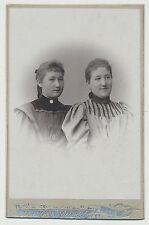 CDV  Foto / 2 Junge Frauen in schönen Kleidern  (K565)