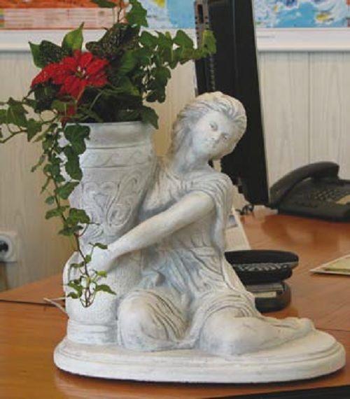 Frau mit Blaumenvase sitzend Gartenfiguren Statuen Steinguss Pflanzgefäß 34 cm