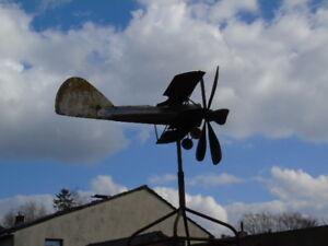 avion-girouette-ou-eolienne-en-fer-forge-tourne-avec-le-vent-superbe