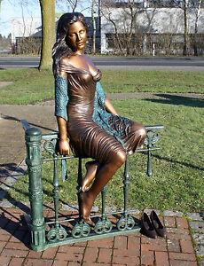 Bronzeskulptur-Frau-auf-Zaun-sitzend-Dekoration-fuer-Garten