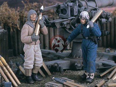 2 Figures 2401 Verlinden 1//35 German 8.8cm FlaK Crewmen with Shells WWII