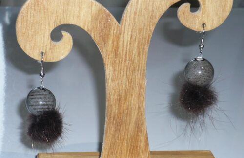 Bijoux fantaisie. Boucles d/'oreilles pompon grise et marron