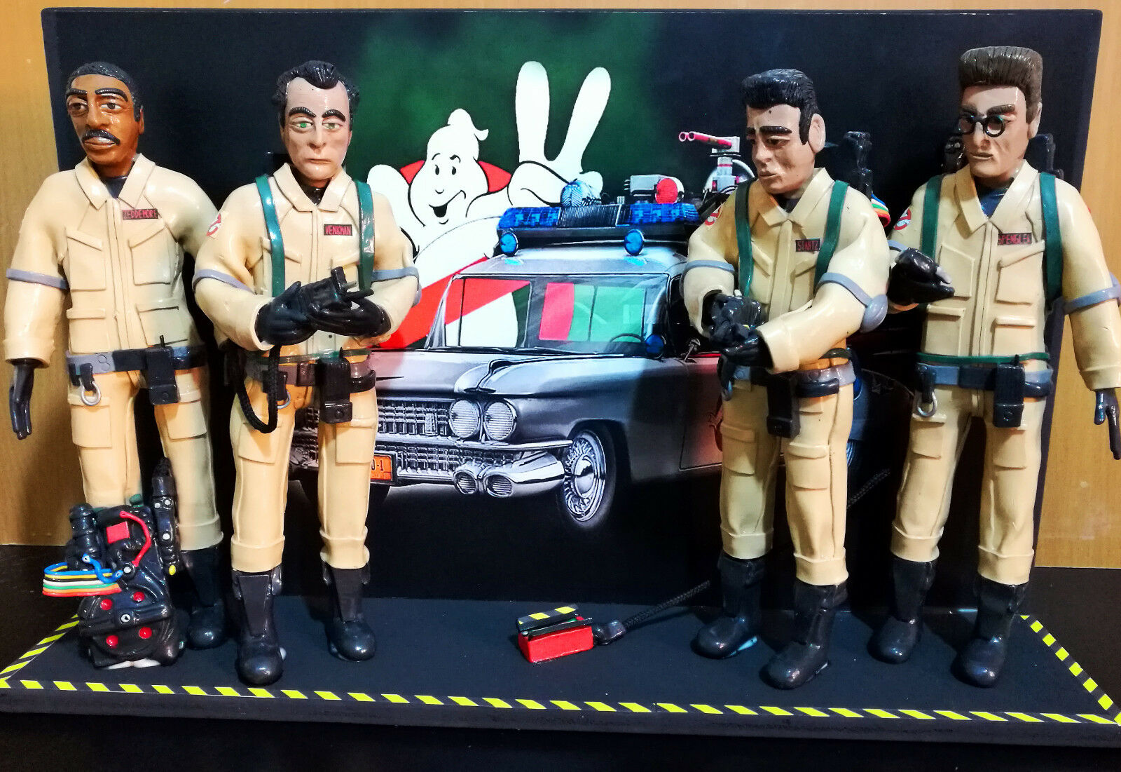 Statuina - Statuetta - Action Figures Ghostbusters 1984 con sfondo Ecto 1